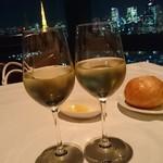 オレゴンバー アンド グリル - よく冷えた辛口の白ワインも美味しい