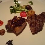 オレゴンバー アンド グリル - メインのお肉料理 お肉はサーロインと豚のステーキ サーロインの焼き加減はミディアムレアで 炭火で焼いているお肉は食べると美味しい