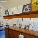 東林 - 芸能人のサイン色紙が並ぶ