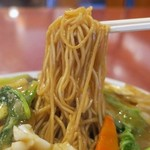 東林 - 麺は茶色くて細い