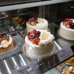 パティスリー クレ ド クール - ホールのケーキも良い感じ