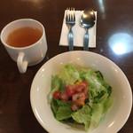 タイムアウト - ランチのサラダとスープ。