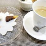 saveur - エスプレッソと茶菓子