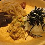 都野菜 賀茂 - お粥と納豆を皿の空いていたスペースにゲット