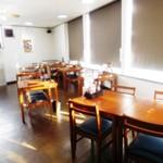 北海道夢丸やラーメン - 4人掛けと2人掛けのテーブル席は、大人数のお客様がご来店された際は合せて6人掛けや8人掛けに対応することが可能です。