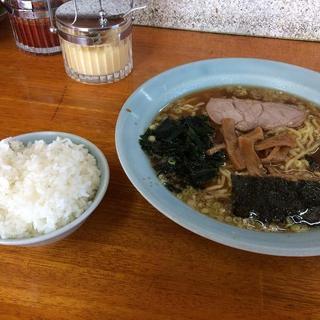 ラーメンショップ - 料理写真:醤油ラーメン520円+半ライス100円