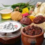 4人の侍 侍みそダイニング - 手作りの辛みそ。青森産のにんにく、福岡産のはちみつ、青唐辛子、コチュジャン等こだわりの食材を使用。