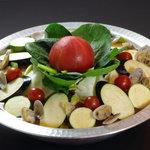 4人の侍 侍みそダイニング - 夏限定!イタリアントマトもつ鍋。ズッキーニと新鮮トマトで酸っぱおいしい!