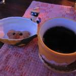56042993 - 食後のコーヒーとクッキー