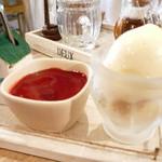 ガレット - ガレットセット(¥1200)のショコラ・フランボワーズと紅茶(奥)。フランボワーズソースの下には濃厚なショコラムース。