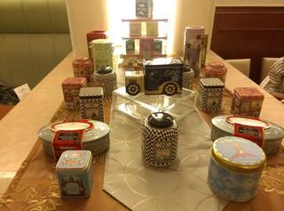 サロン・ド・テ サブリエ ルミネ大宮店 - いろんな模様の紅茶の缶がディスプレイされていました。ちょくちょく設えが変わるのも楽しいお店です。