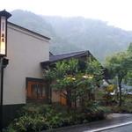 純和風旅館泉屋 - 【3F玄関】木造3階建ての由緒あるお宿。玄関前には、杖立温泉の旅館としては珍しく、屋根付き駐車場をお持ちです。