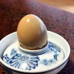 純和風旅館泉屋 - 【朝食】温泉蒸し卵のアップ。温泉の蒸気で白身がコーヒー色になって、ほんのり風味もつきます。黄身は硬くてもクリーミーなのが温泉蒸気で蒸した卵の特徴です。