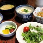 純和風旅館泉屋 - 【朝食】油揚げのお味噌汁、冷奴、きんぴらごぼう、白飯、自家製お漬物、サラダ