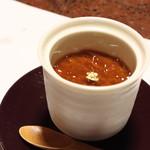 純和風旅館泉屋 - 【夕食】ほうじ茶プリン。宿泊ではなく、立寄りでも頂くことが出来ます(¥250)。トッピングのジュレ、プリン本体の両方にほうじ茶が使用されています。