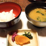 純和風旅館泉屋 - 【夕食】わかめのお味噌汁、自家製お漬物、白飯。かなりお腹がいっぱいだったので、ご飯は少量にしていただきました。