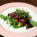 純和風旅館泉屋 - 【夕食】ローストビーフ。赤い粒胡椒が味と食感のアクセントになっています!