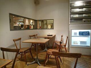 カフェ&ブックス ビブリオテーク 大阪・梅田 - 入って右側のお部屋