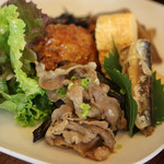 zucca - 料理写真:本日のランチ(季節のおかずいろいろ、小鉢、ごはん、汁、漬物)