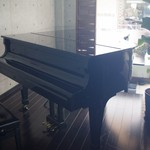 カフェ ラウンジ ココ - 店内にグランドピアノがあります。
