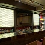 Sushi&Bar 琴 - 黒を基調とした和の清潔感あるカウンター席 8席