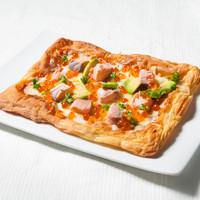 ドッパ! - サーモン、イクラ、アボカド、モッツァレラチーズのパイピザ \1080