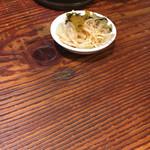 ジパング軒 - まずは無料トッピングコーナーから、辛もやしとザーサイを。
