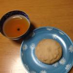 56082598 - 椰子酥(やしす)税込152円                       岩茶と共に