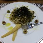56088653 - 「十割蕎麦でイタリアン」これ自体は一つの美味しい料理ですが、蕎麦と考えた時は?。                       オリーブオイルでカラメたそば。
