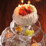 アジト ワンダーダイニング - ガラスの皿豪華3段組みの特製ケーキ&デザート盛り合わせ 2100円!誕生日や結婚式2次会、記念日に!