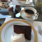 56092006 - チョコレートケーキ(手前)、チーズケーキ(奥)
