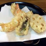 天竹 - 最初の天ぷらのアップ。海老2匹、鱧、蓮根。