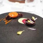Steak Dining Vitis - 黒毛和牛の煮凝り ピマンデスペレットの香りとほおずき・紫カリフラワーのソースで