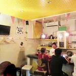 博多のカレ - マスターと会話を楽しめる厨房前のカウンター席。