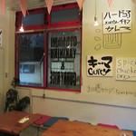 博多のカレ - テーブル席もあります。 全15席のこじんまりしたお店です。