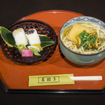 あしびの郷 - 吉野葛本手延うどん膳:奈良特産の吉野葛を練りこんだ、独特のコシがある、あしびの郷名物の吉野葛本手延べうどんと、季節のお漬物などがセットになった御膳です。