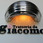トラットリア ダ ジャコモ - Trattotia da giacomo ってかいてありますね。 かっこいいですよね。 オレンジに光っているところがお洒落です。 こんなデザイン大好きです。
