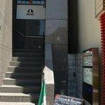 トラットリア ダ ジャコモ - お店はこの階段を上がった2階にあります。 さあ、転ばないように上りましょう。
