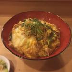 万ん卯 - 丼つゆで鶏肉に熱を通し、玉ねぎ、椎茸、青菜の順で加え、溶き卵を二回ないし三回に分けて投入、弱火でいなしてあをのりオン!