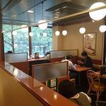 幸楽苑 - 幸楽苑 日本橋桜通店 さくら通りを見下ろす窓際カウンター席も配する2階席