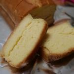 二葉和洋菓子店 - 料理写真:ブランデケーキ断面。ブランデーが染みてシットリです。