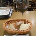 56116901 - 赤ワイン、パン