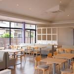 イズミ カフェ アンドビストロ - 開放的な店内