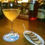 プロント - 料理写真:[料理] 白グラスワイン & スモークチーズ セット全景♪w