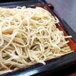 訶訶庵 - 茹で加減良好、噛んで楽しめるそば。丼がなければ、ぜひ大盛でいただきたい