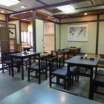 訶訶庵 - テーブル席と小上がり。クラシックが流れ、清潔感のある店だ