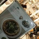 Cafe 湘南テラス - 外にあるメニュー看板からの店内チラリ
