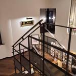 Bumboudougyararikafe - 2階から3階への踊り場の裏にすずらん通りを見下ろす窓際お一人様席が。