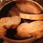 男のイタリアン屋台 suEzou - バケット何枚食べても無料♫は、サッとトーストして出してくれるのは、何枚食べるか都度申告