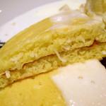 ジェイエス パンケーキカフェ - マカダミアナッツクリームソースパンケーキ キャラメルソース付き(生地の断面)